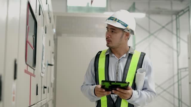 wirtschaftsingenieur schreiben bericht von tablet pc. - intelligenz stock-videos und b-roll-filmmaterial