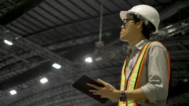 vídeos de stock, filmes e b-roll de engenheiros industriais estão falando sobre estruturas usando tablets digitais. - foguete espacial