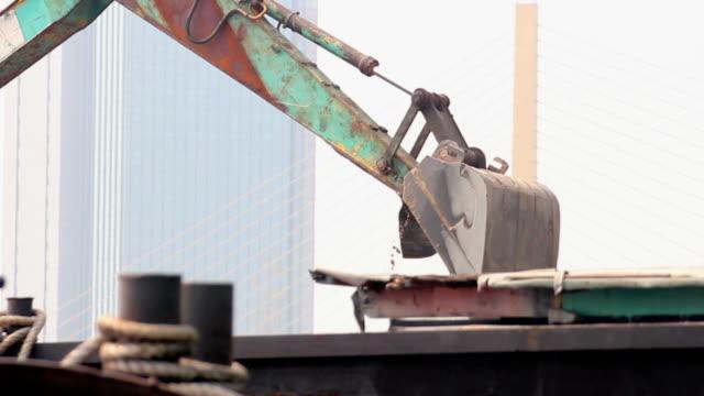macchina industriale caricamento del suolo materiale in sabbia barconi. - pala meccanica video stock e b–roll