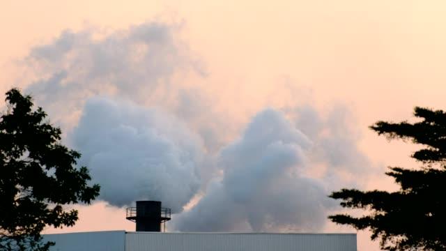 vidéos et rushes de usine industrielle brûle avec la pollution, fumée de cheminée - fumer du tabac