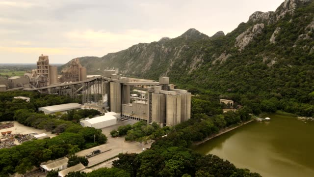 stockvideo's en b-roll-footage met industrieel landschap milieuvervuiling afval van cementfabriek. - industriëel gebouw