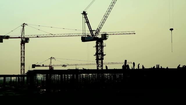 Landschaft mit Silhouetten der cranes