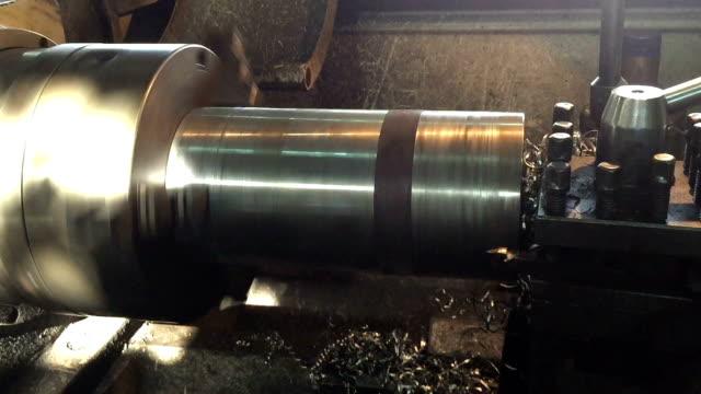 stockvideo's en b-roll-footage met industriële draaibank werkt metaal - productielijn werker