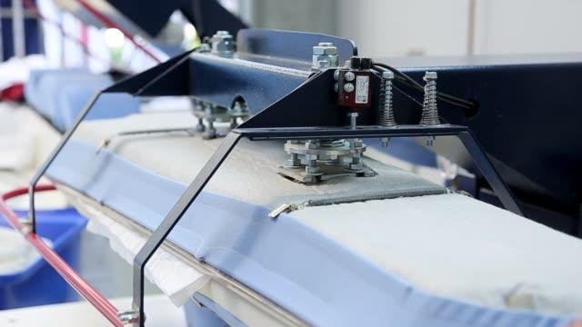 biancheria industriale servizio stiratura vestiti - ferro da stiro video stock e b–roll