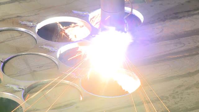 vídeos de stock e filmes b-roll de industrial metalwork - laser