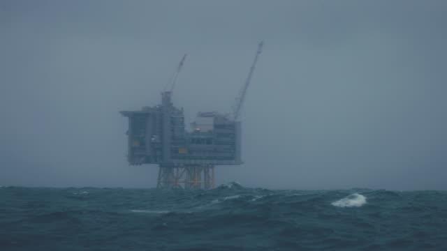 vídeos de stock, filmes e b-roll de obra de plataforma offshore de plataforma de petróleo industrial no litoral norte - mar do norte