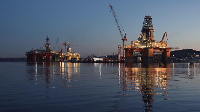 vídeos de stock e filmes b-roll de industrial oil rig offshore platform construction site on the north seacoast - norte