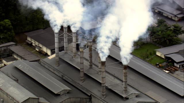 stockvideo's en b-roll-footage met fabrieksinstallaties - luchtfoto - minas gerais, são joão del rei, brazilië - schoorsteen