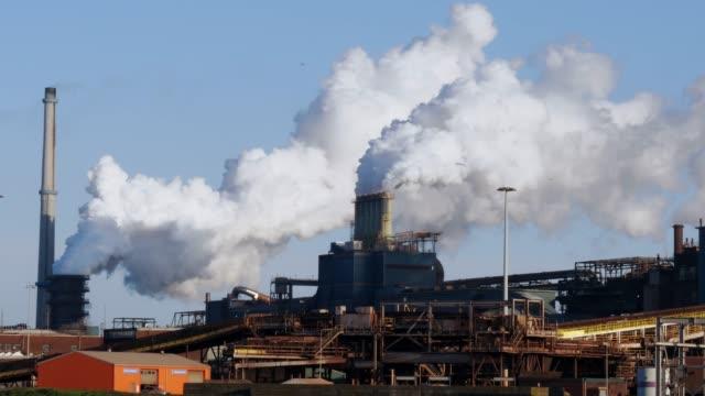 industrial plant with big smoke stacks - largo descrizione generale video stock e b–roll