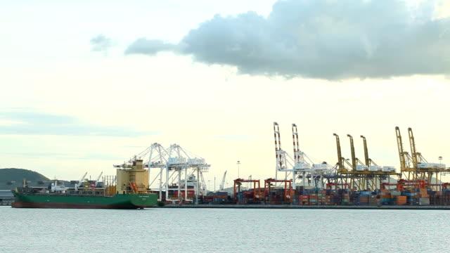 産業と造船所の作業クレーン ブリッジ ポート。