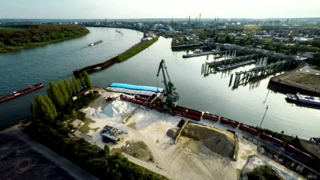 luftaufnahme : industrielle hafen am rhein in deutschland - rhein stock-videos und b-roll-filmmaterial