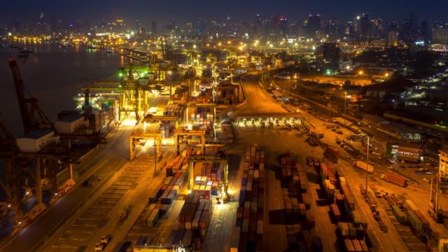stockvideo's en b-roll-footage met industriële havenverrichting bij nacht - industriëel gebouw