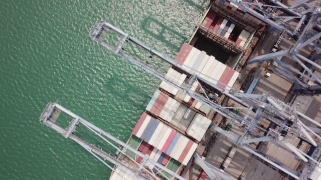 vídeos de stock, filmes e b-roll de industrial portuário com porta container - porto comercial