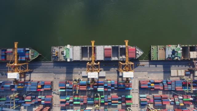 vídeos y material grabado en eventos de stock de puerto industrial con contenedores en morning sunlight, aerial top video - grulla de papel