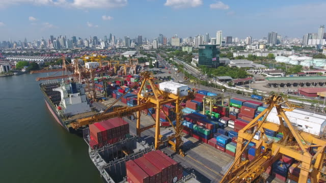 vídeos y material grabado en eventos de stock de puerto industrial con contenedores en morning sunlight, video aéreo - grulla de papel