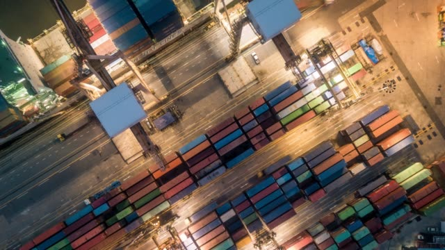 vídeos y material grabado en eventos de stock de puerto industrial con la operación de contenedores en la noche - recipiente