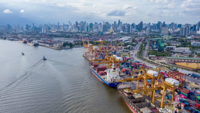 vídeos y material grabado en eventos de stock de puerto industrial con buque de contenedores - grulla de papel
