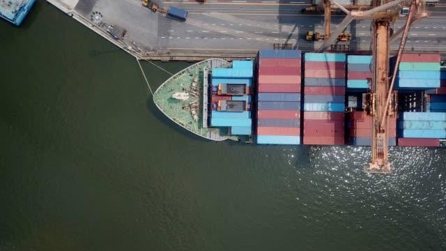 industrielle hafen schiff mit containern - behälter stock-videos und b-roll-filmmaterial