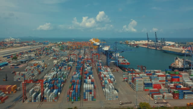 Industrial puerto con recipientes barco, vista aérea