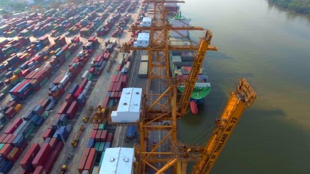 vídeos y material grabado en eventos de stock de industrial puerto con recipientes barco, vista aérea - grulla de papel