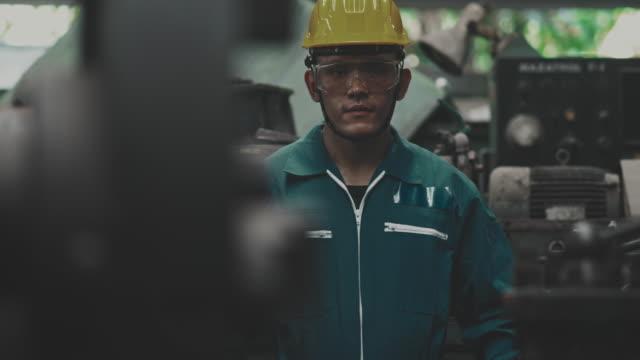 産業肖像画:男性労働者 - ドリルビット点の映像素材/bロール