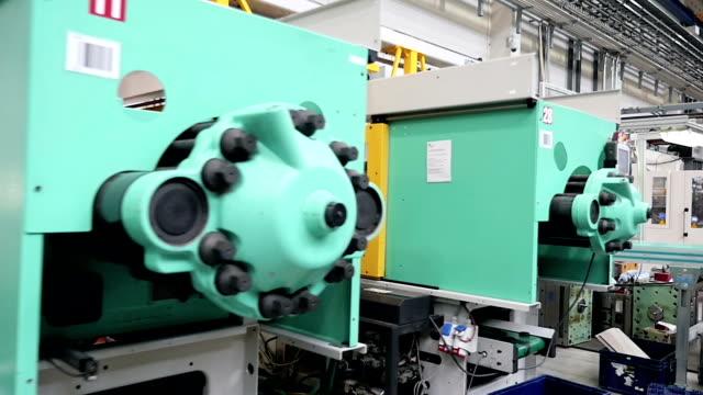 industriella kraft maskiner och utrustning - injecting bildbanksvideor och videomaterial från bakom kulisserna