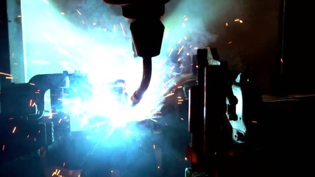 stockvideo's en b-roll-footage met industriële robot zijn lassen in fabriek - part of