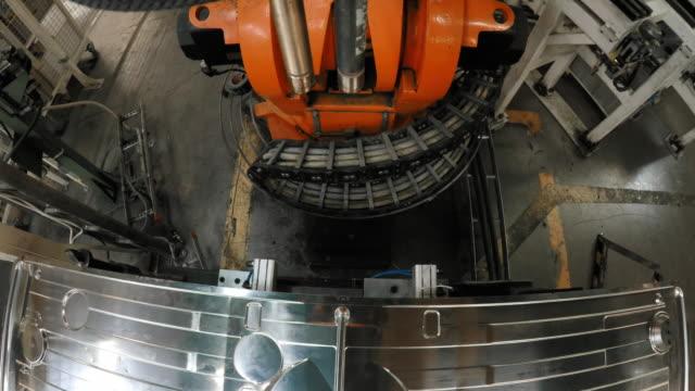 vidéos et rushes de robot industriel pov, assemblage de pièces métalliques - slovénie