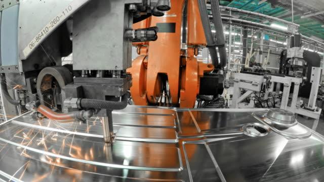 vidéos et rushes de robot industriel ld y attacher une plaque de métal moulée sur un socle en usine - slovénie