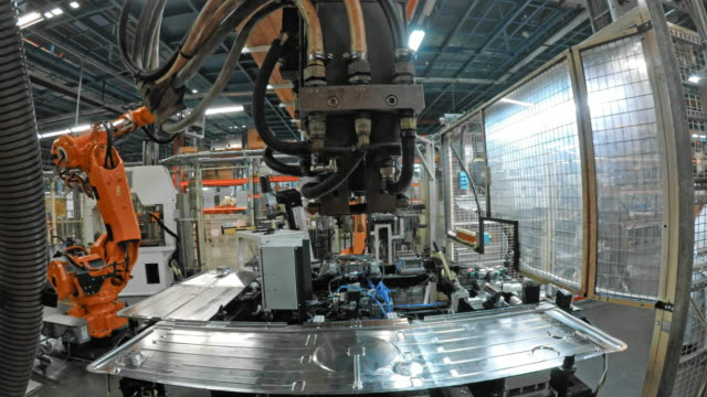 vidéos et rushes de robot industriel pov y attacher un aluminium fin sur la base - slovénie