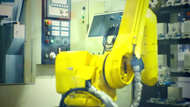 vídeos y material grabado en eventos de stock de la mano del robot industrial realiza movimientos que se programan en la unidad de control - brazo robótico herramientas de fabricación