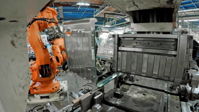 vidéos et rushes de robot industriel ld, soulever des objets métalliques dans l'usine - slovénie