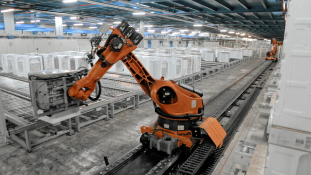 vídeos de stock e filmes b-roll de time-lapse industrial robot moving up the production hall and sorting the products - indústria