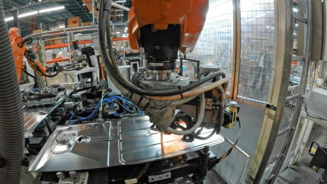 vidéos et rushes de robot industriel à souder une plaque de métal dans l'usine - slovénie