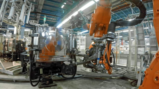 vidéos et rushes de robot industriel pov à souder dans l'usine - slovénie