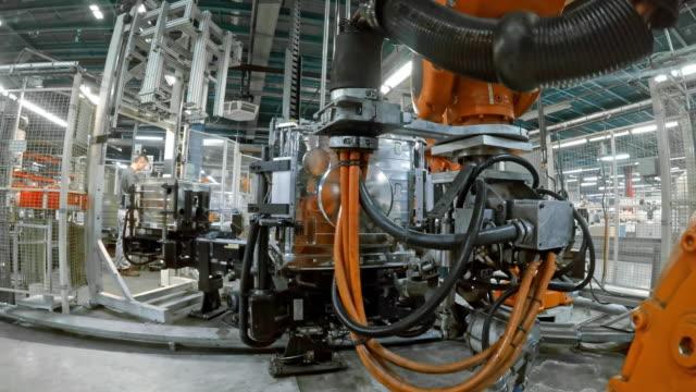 vídeos de stock, filmes e b-roll de robôs industriais de tempo lapso em operação na fábrica - maquinaria
