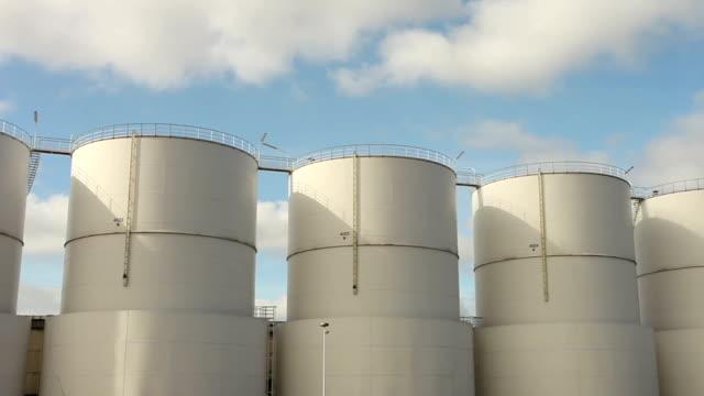 vídeos de stock, filmes e b-roll de industrial silos de intervalo de tempo - combustível fóssil
