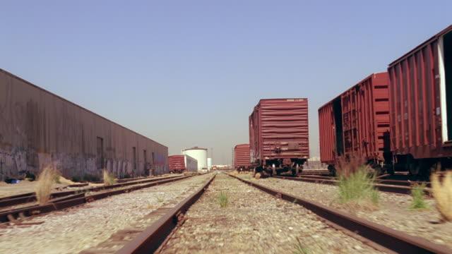 ms pov industrial train yard - 操車場点の映像素材/bロール