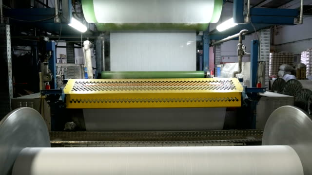 stockvideo's en b-roll-footage met industriële kromtrekken en vergroten/verkleinen machine in textielfabriek - polyester