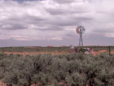 ws, industrial windmill on field, arizona, usa - placca di montaggio fissa video stock e b–roll