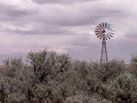 ms, industrial windmill on field, arizona, usa - placca di montaggio fissa video stock e b–roll