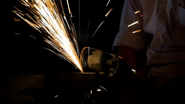 vídeos y material grabado en eventos de stock de máquina de corte de trabajador industrial para rectificado de acero y chispas - manufacturing machinery