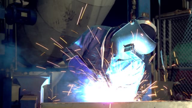 industriearbeiter schweißt in automobilfabrik - arbeitssicherheit stock-videos und b-roll-filmmaterial