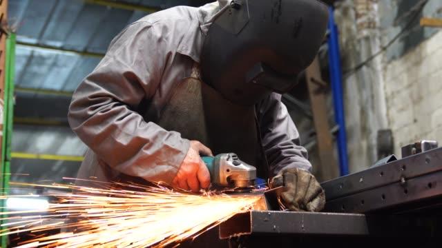 stockvideo's en b-roll-footage met industriële lassen staal van de werknemer - metaalindustrie