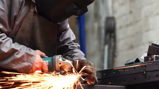 産業労働者の溶接鋼 - 鉄工所点の映像素材/bロール