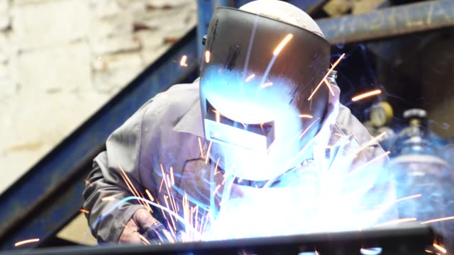 vídeos de stock, filmes e b-roll de aço de soldagem industrial worker - metarlúgica