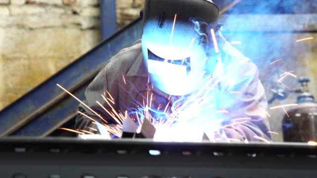 vídeos de stock, filmes e b-roll de aço de soldagem industrial worker - foundry