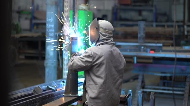vidéos et rushes de industrial worker soudage steel - ouvrier à la chaîne