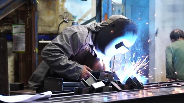 vídeos de stock, filmes e b-roll de aço de soldagem industrial worker - soldar