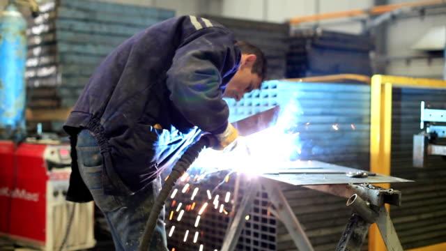 industrial worker 溶接 - 自動車工場点の映像素材/bロール